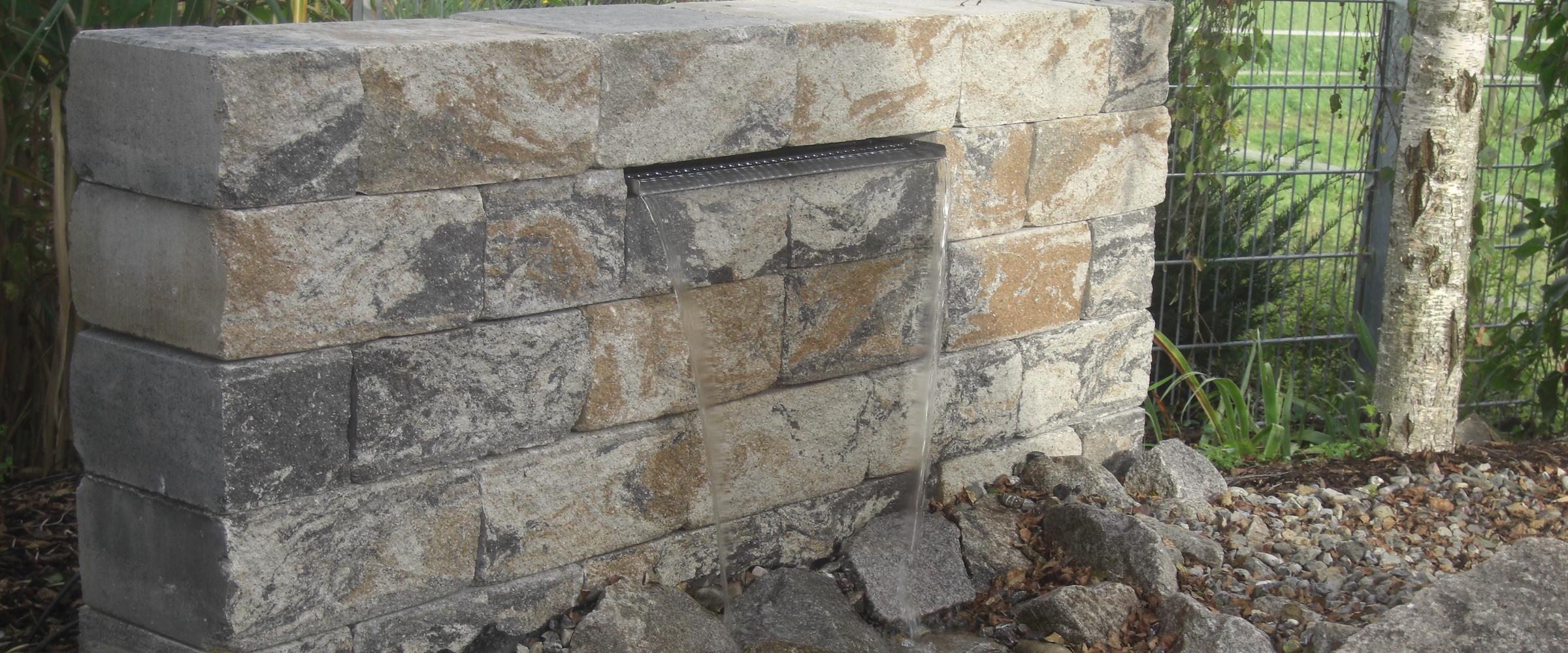 Besonderer Charme mit einem Wasserfall in Trockenmauer