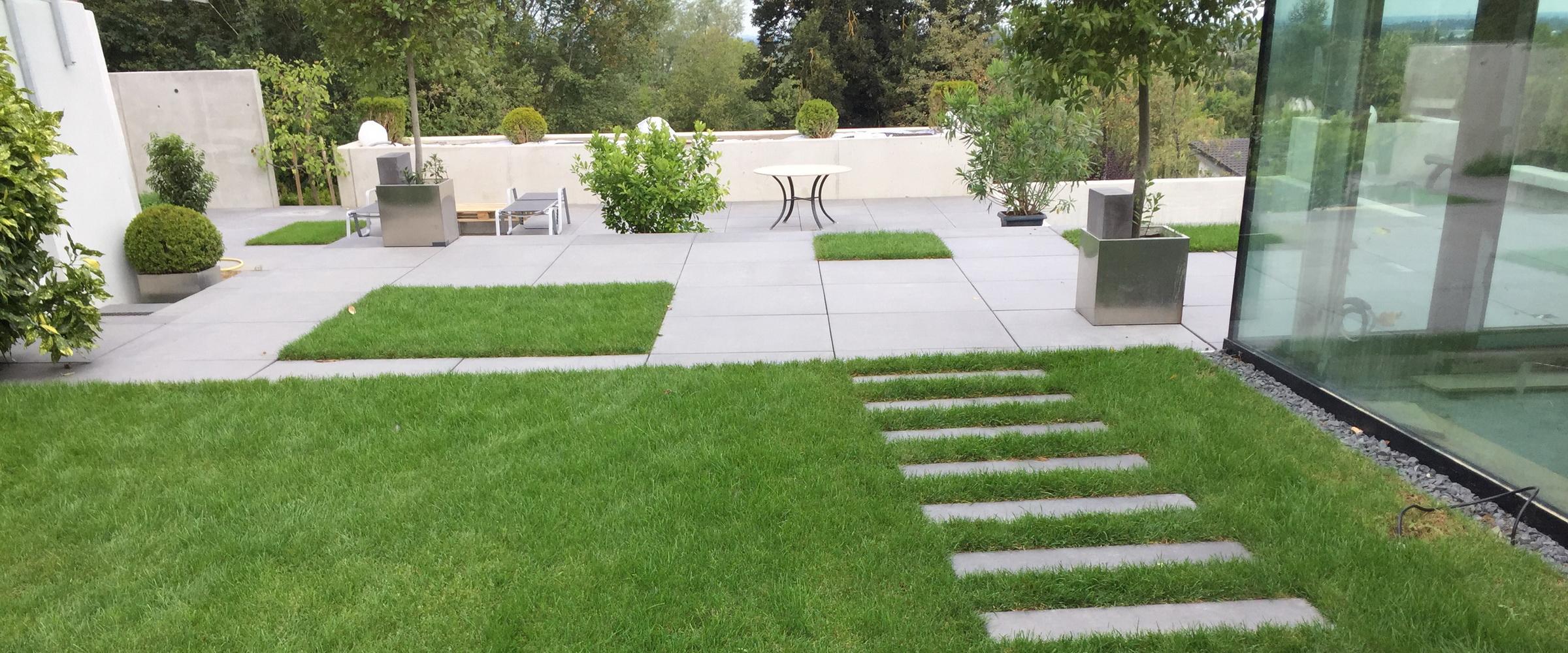 Kombinieren Sie Rasen mit Betonplatten für ein edles Flair