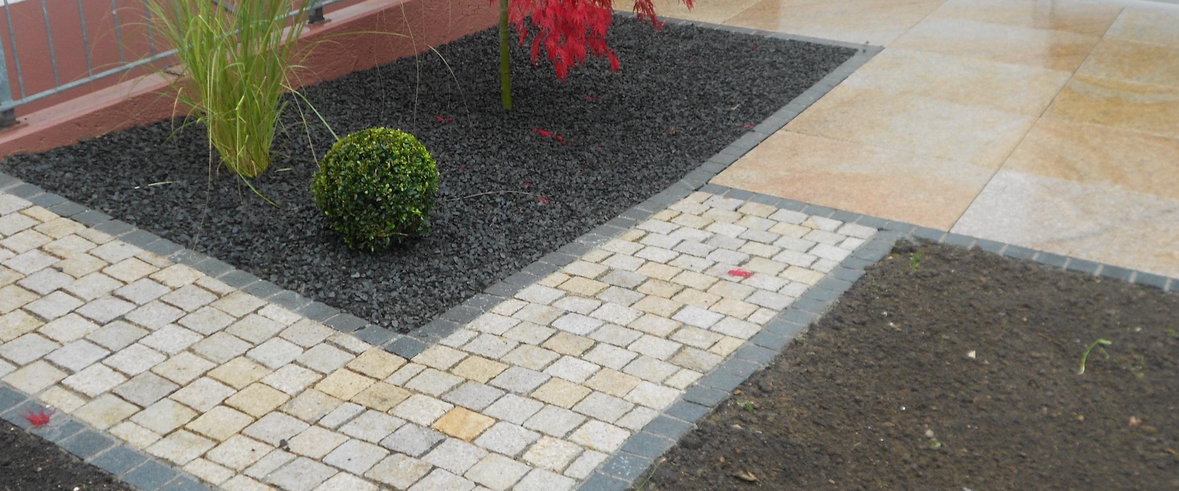 Machen Sie Ihren gepflasterten Zugangsweg mit Basalt-Kiesbeet zum Blickfang