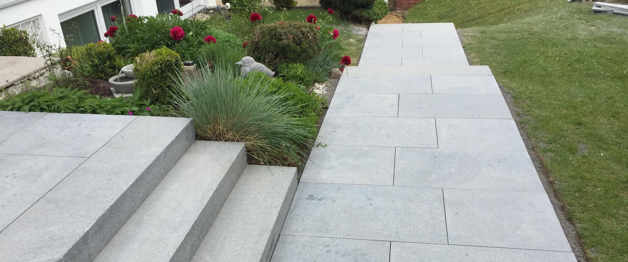 Mit großen Natursteinplatten wirken Ihre Wege und Treppen ruhig und modern